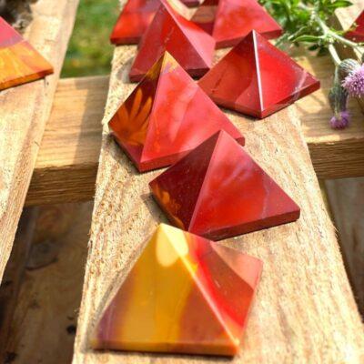 Mookait pyramider røde og gule