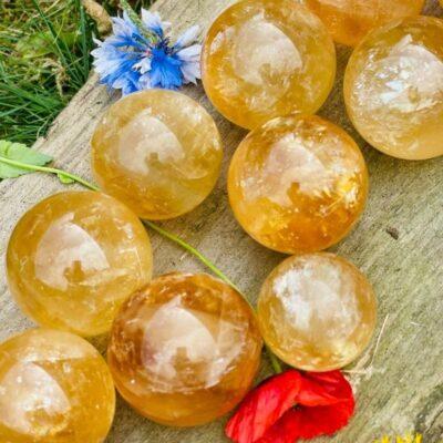 Honning calcit i bunke med blomster