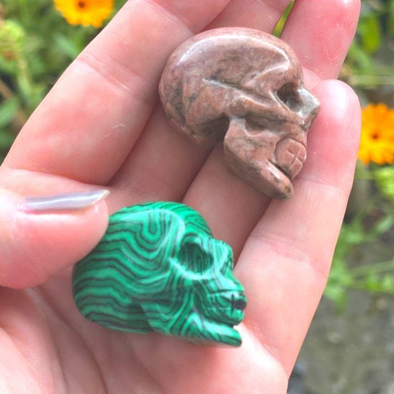 Krystal kranie malakit og rhodocrosit fra siden