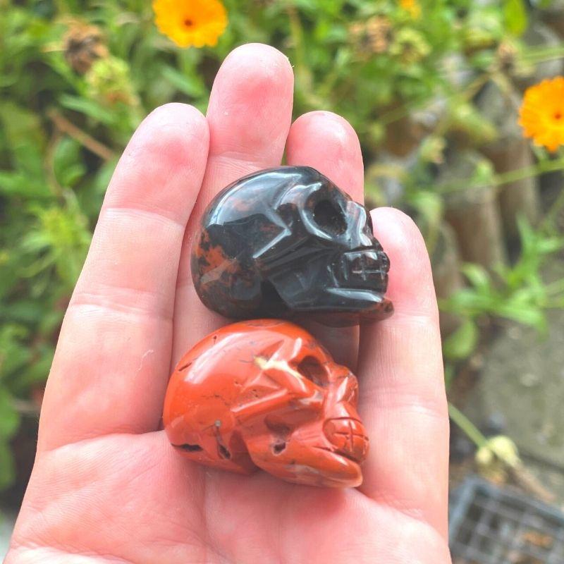 Krystal kranie rød obsidian og rød jaspis fra siden