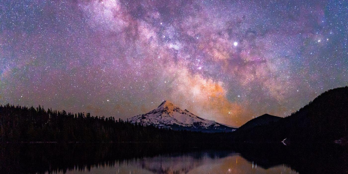 Stjernehimlen over et bjerg