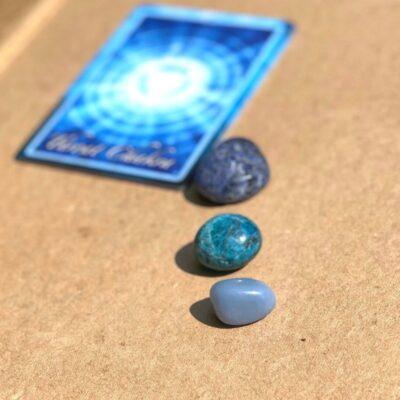 Halschakra billede med krystaller