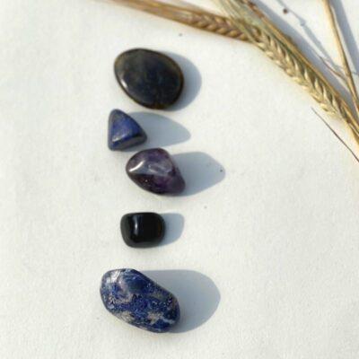 Ametyst, flad labradorit, lapis lazuli, soladit og obsidian.
