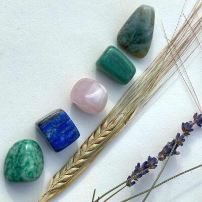 Lapis lazuli, jade, akvamarin, aventurin og rosenkvarts.